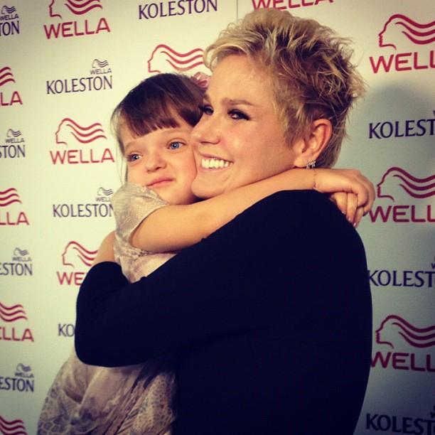 Rafa Justus abraça Xuxa bem apertado