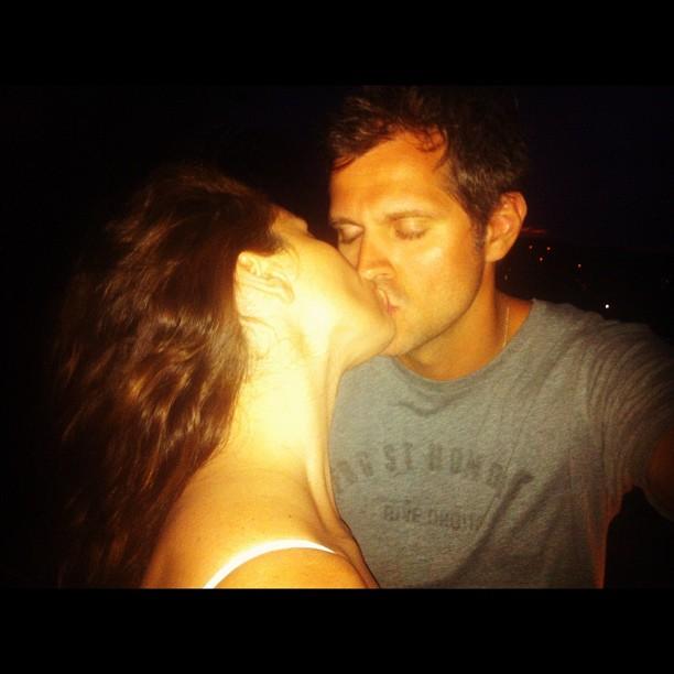 Giovanna Antonelli  beijando marido (Foto: Instagram / Reprodução)