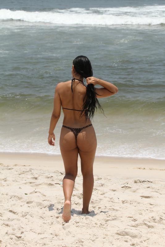 Camila Kovas na praia do Recreio, Rio de Janeiro (Foto: Fabio Martins / AgNews)