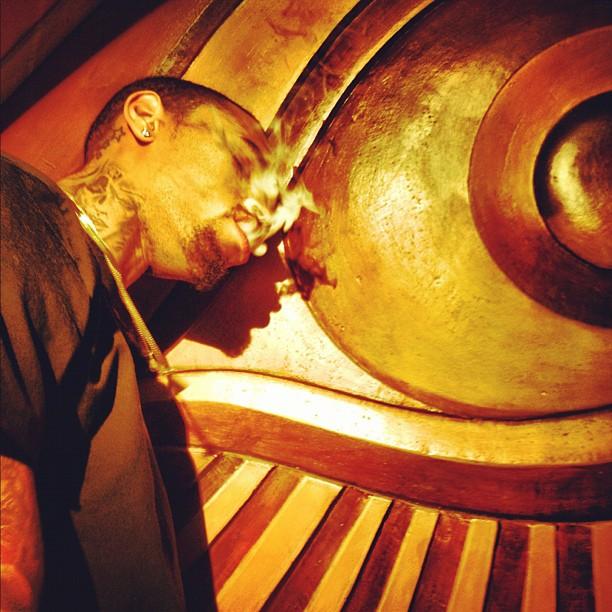 Chris Brown fumando (Foto: Instagram/ Reprodução)