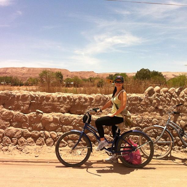 Grávida, Samara Felippo anda de bicicleta no deserto do Atacama, no Chile (Foto: Instagram/ Reprodução)