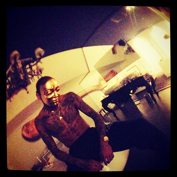Mascarado, Chris Brown posa sem camisa (Foto: Instagram/ Reprodução)
