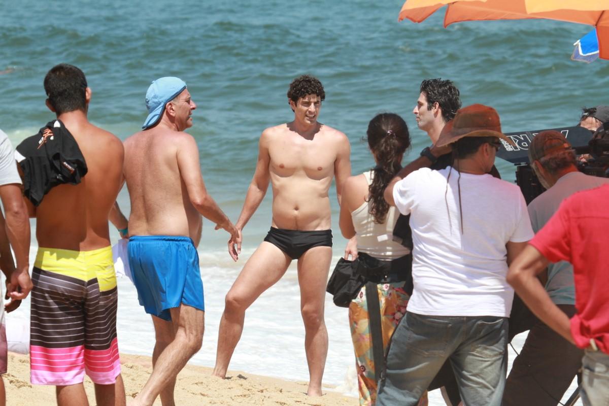 Reynaldo Gianecchini participa de gravação de 'Guerra dos Sexos' na praia de Grumari