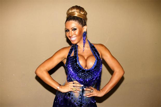 Andrea Andrade optou por um modelito nada comportado para o lançamento do CD 'Carnaval 2013', em São Paulo