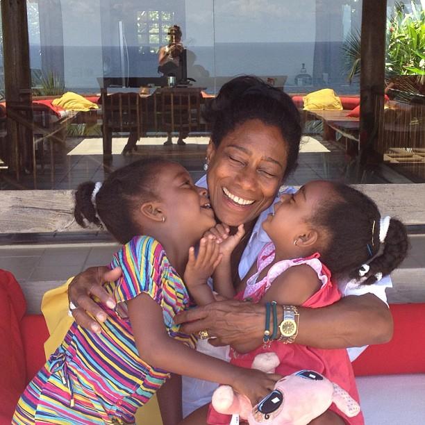 Glória Maria sempre aparece se divertindo ao lado das filhas Maria e Laura, irmãs adotadas em 2009 pela jornalista.
