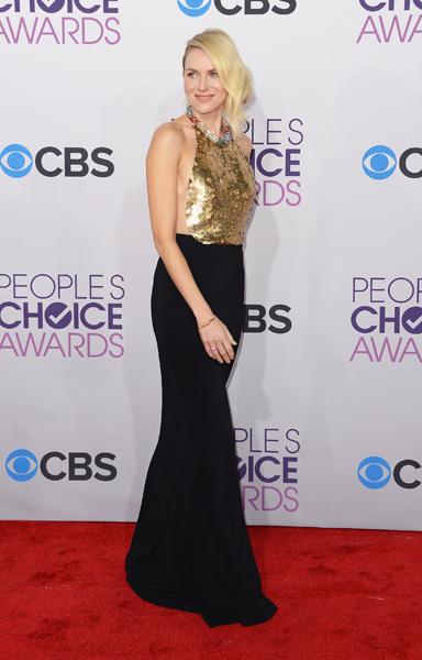 Naomi Watts ousou e acertou no vestido sexy Alexander McQueen com generoso decote nas costas
