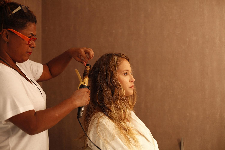 Antes de tudo, lave e seque o cabelo até deixá-lo úmido. Marina Marques, hairstylist do Crystal Hair, do Leblon, na Zona Sul do Rio, aconselha a fazer um babyliss rápido antes de aplicar o produto, para os fios ganharem mais ondas
