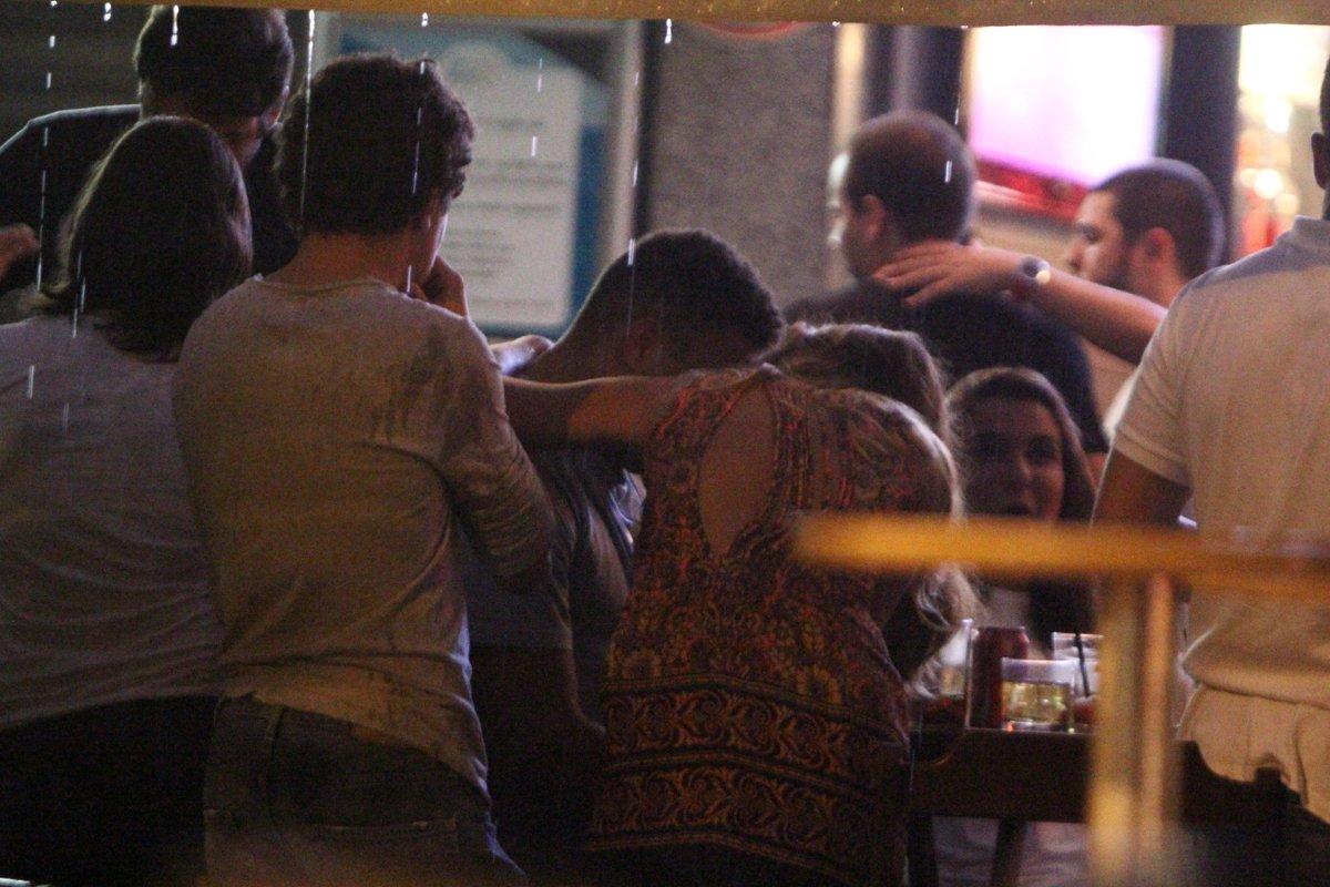 Ronaldo com Paula Morais e amigos em um restaurante no Rio