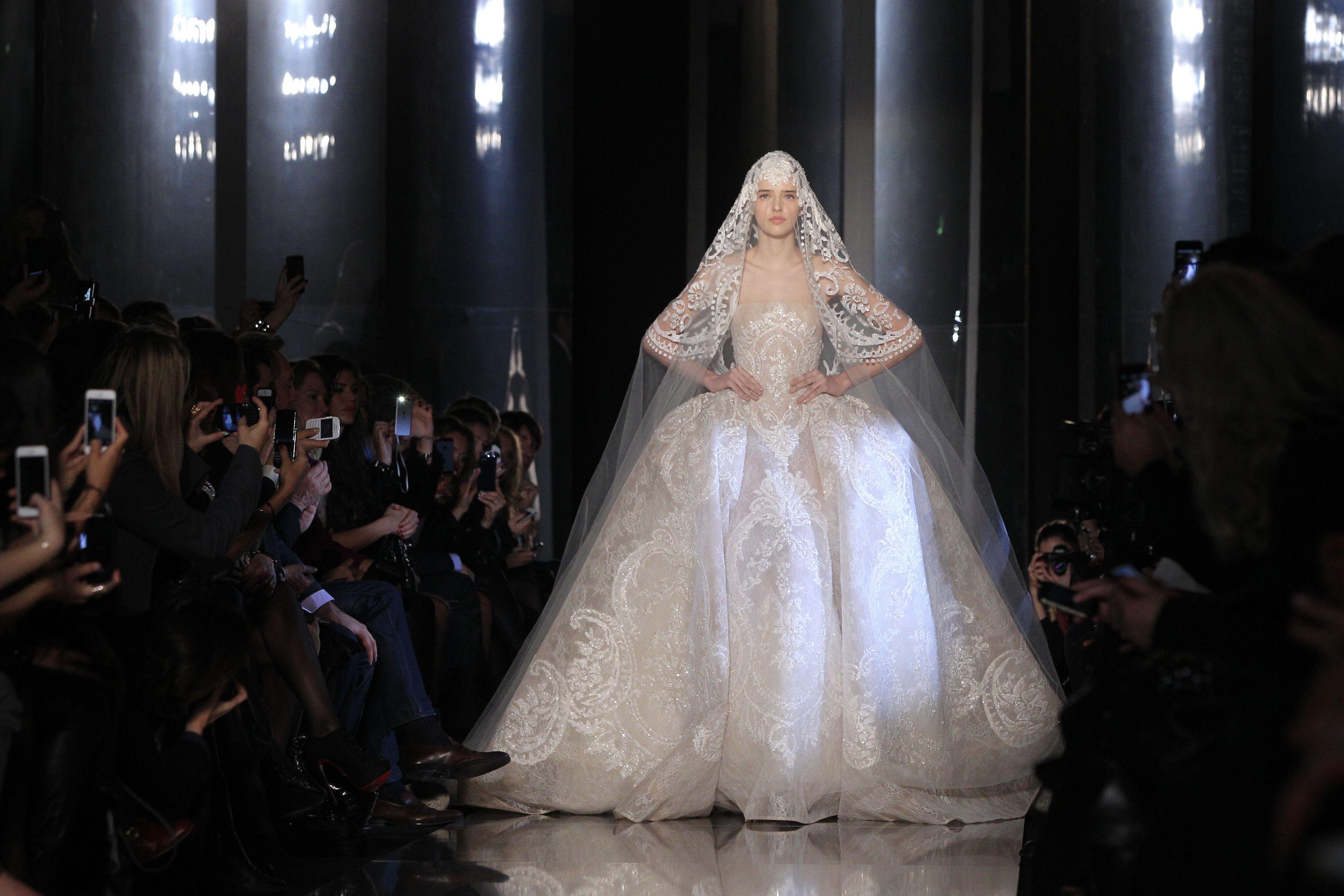 A noiva do estilista, tradição que encerra todos os desfiles de alta-costura, veio toda trabalhada em uma delicada renda e com anquinhas nos quadris