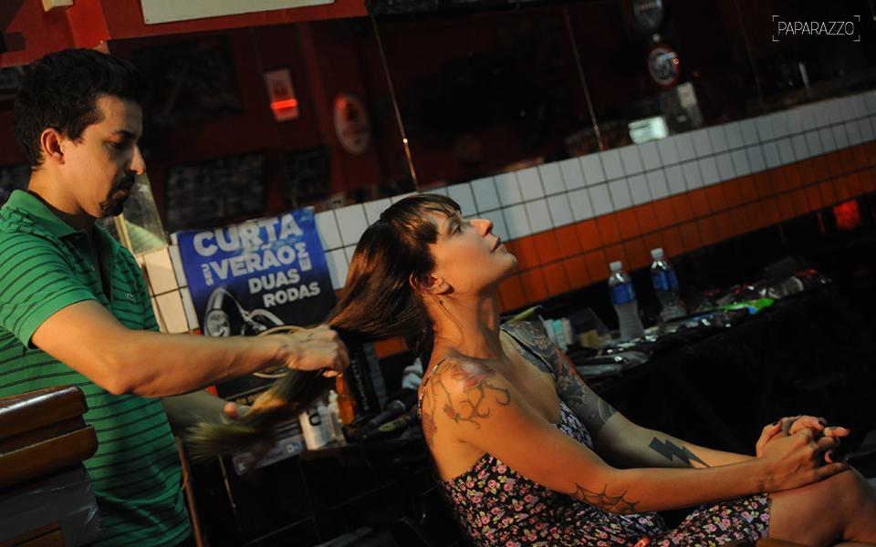 Bianca Jahara se prepara para o ensaio com o maquiador Ewerton Pacheco