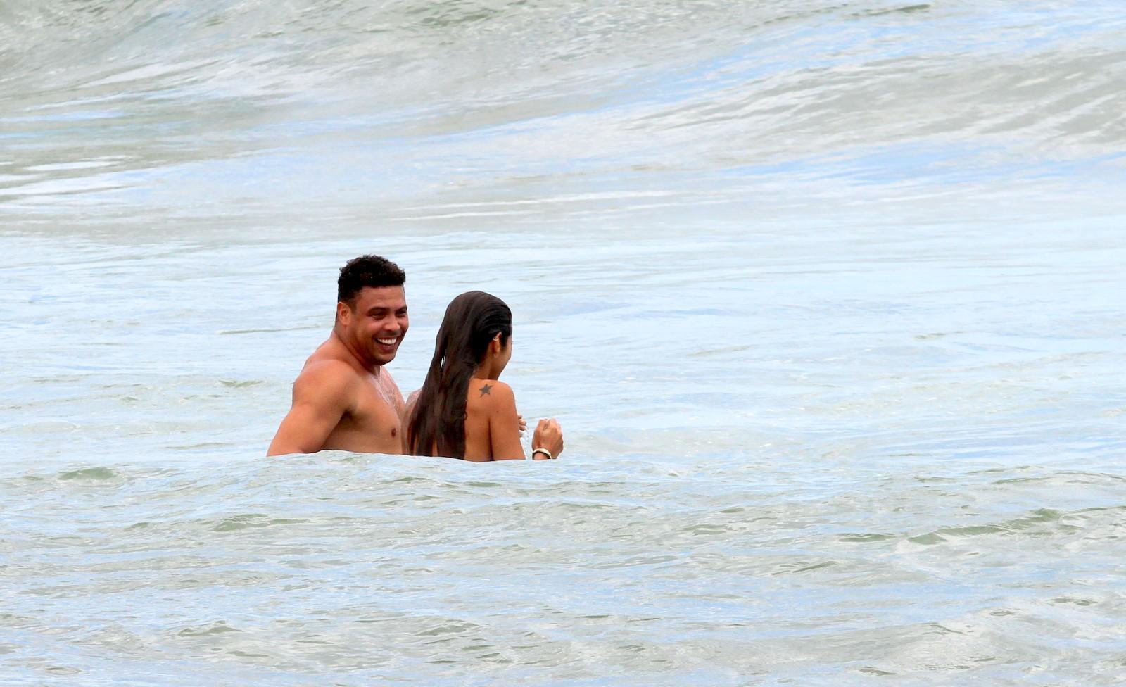 Ronaldo aproveitou a sexta-feira, 25, para curtir a praia com a namorada, Paula Morais
