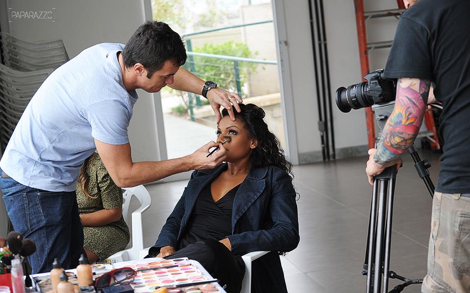 Quitéria Chagas se prepara para o ensaio com o maquiador Yuri Graneiro