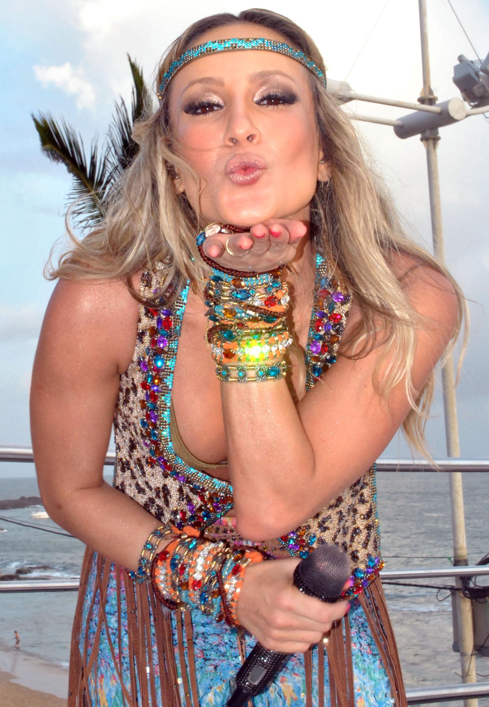 Claudia Leitte dá largada ao seu carnaval comandando o trio Barretão