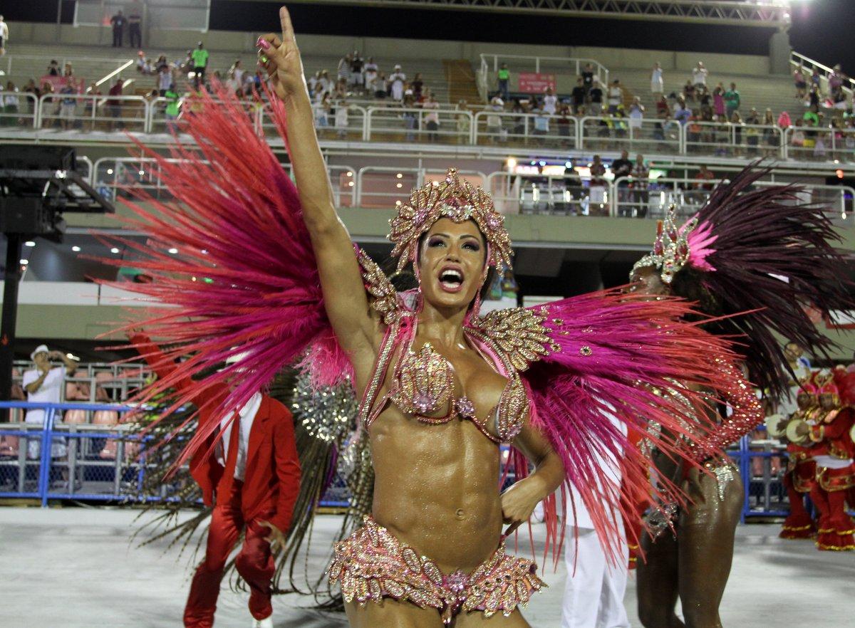 Gracyanne Barbosa desfilou como rainha de bateria da Unidos do Jacarezinho, no Rio