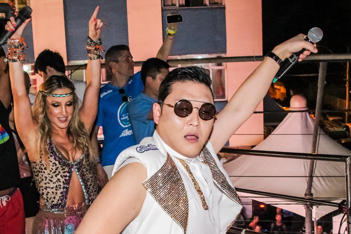 Psy veio ao Brasil em fevereiro para conhecer o carnaval. Animado, cantou com Claudia Leitte em cima do trio em Salvador