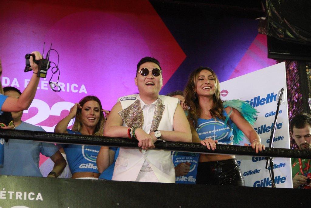 O rapper coreano Psy assistiu ao show de Claudia Leitte cercado de mulheres em Salvador na sexta-feira, 8.