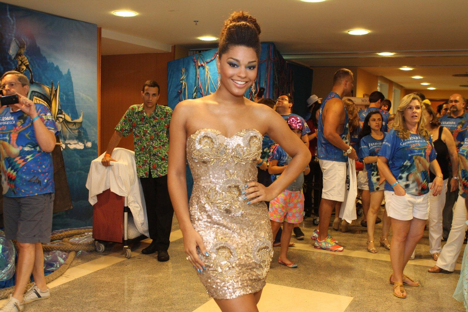 Juliana Alves marcou presença na feijoada do Windsor, no Rio de Janeiro