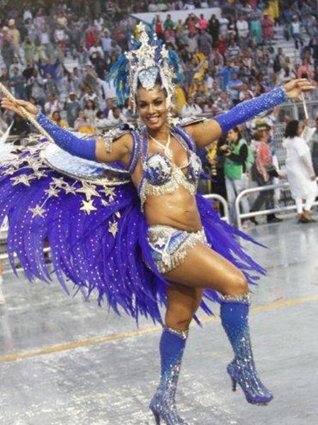 Milena Nogueira,  mulher de Diogo Nogueira, chamou atenção na avenida pela barriga estranha no desfile da Águia de Ouro no primeiro dia do carnaval de São Paulo.
