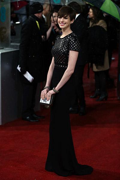 Anne Hathaway de Burberry na cerimônia do Bafta (British Academy Film Awards) 2013, no Royal Opera House, Londres