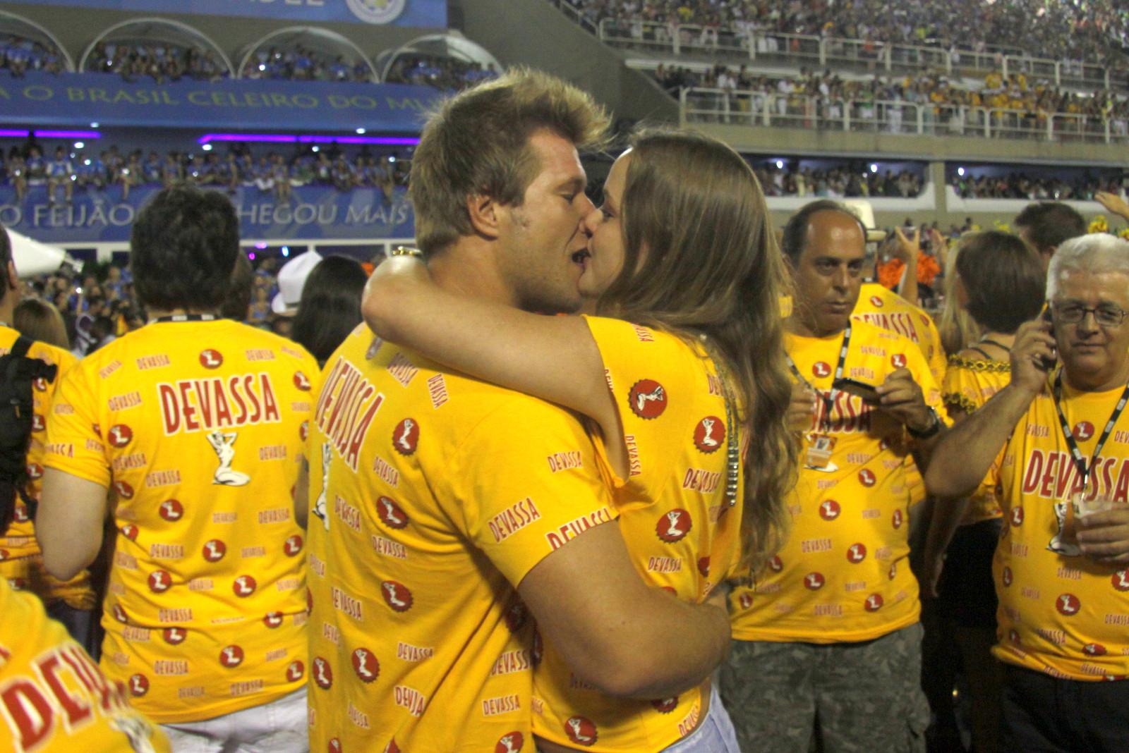 Diego Alemão beija a namorada, Vivian Steinhoff