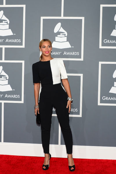 Com look p/b by Osman, Beyoncé cruza o tapete vermelho do Grammy Awards 2013 no California Staples Center