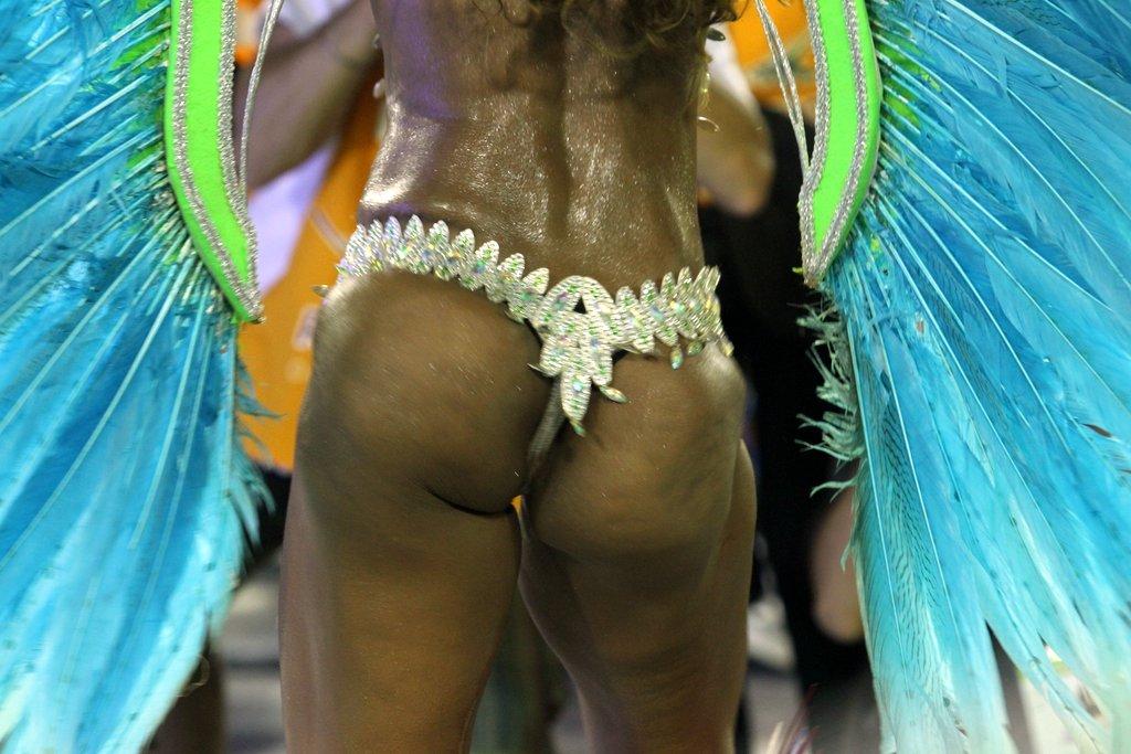 Um dos destaques da Inocentes de Belford Roxo exibiu muitas celulites no primeiro dia de desfiles do grupo especial no Rio