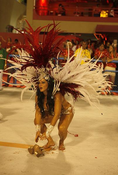 Para evitar mais bolhas e feridas, Fabiana Andrade tirou as sandálias na Sapucaí