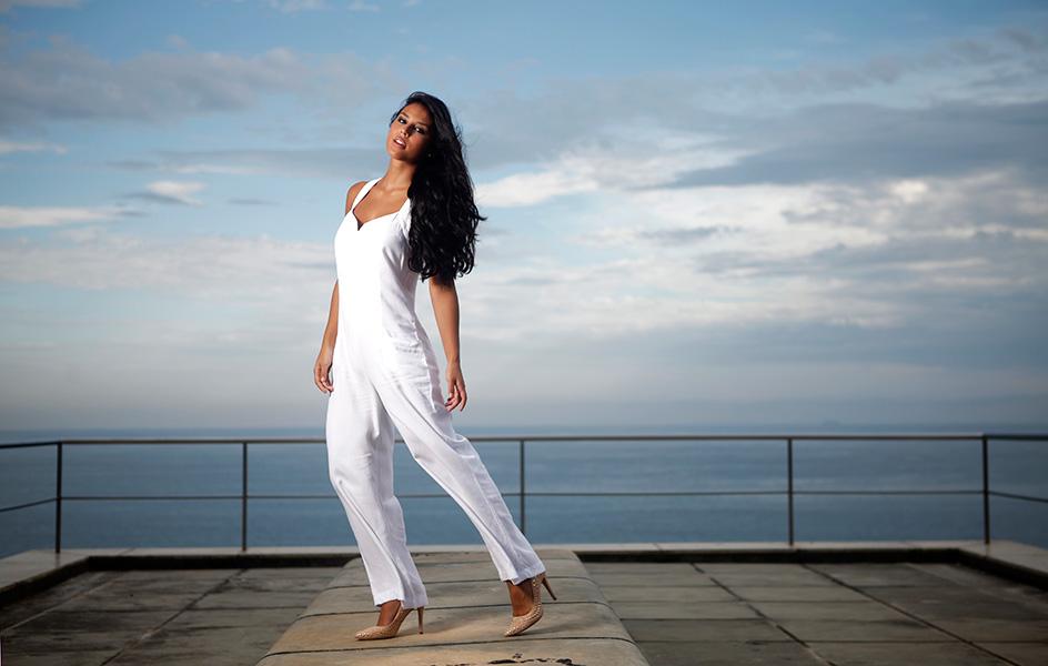 Yanna Lavigne posou para o EGO no Windsor Hotel, na Barra da Tijuca, Na foto, ela usa macacão branco Reserva Natural e sapato Carmen Steffens