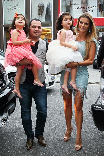 As aniversariantes chegam á festa com Luciano e Flávia