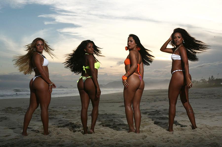 Bianca Salgueiro, Gracielle Chaveirinho, Miriam Duarte e Talita Castilhos esbajam sensualidade durante ensaio na Praia da Reserva, Zona Oeste do Rio.