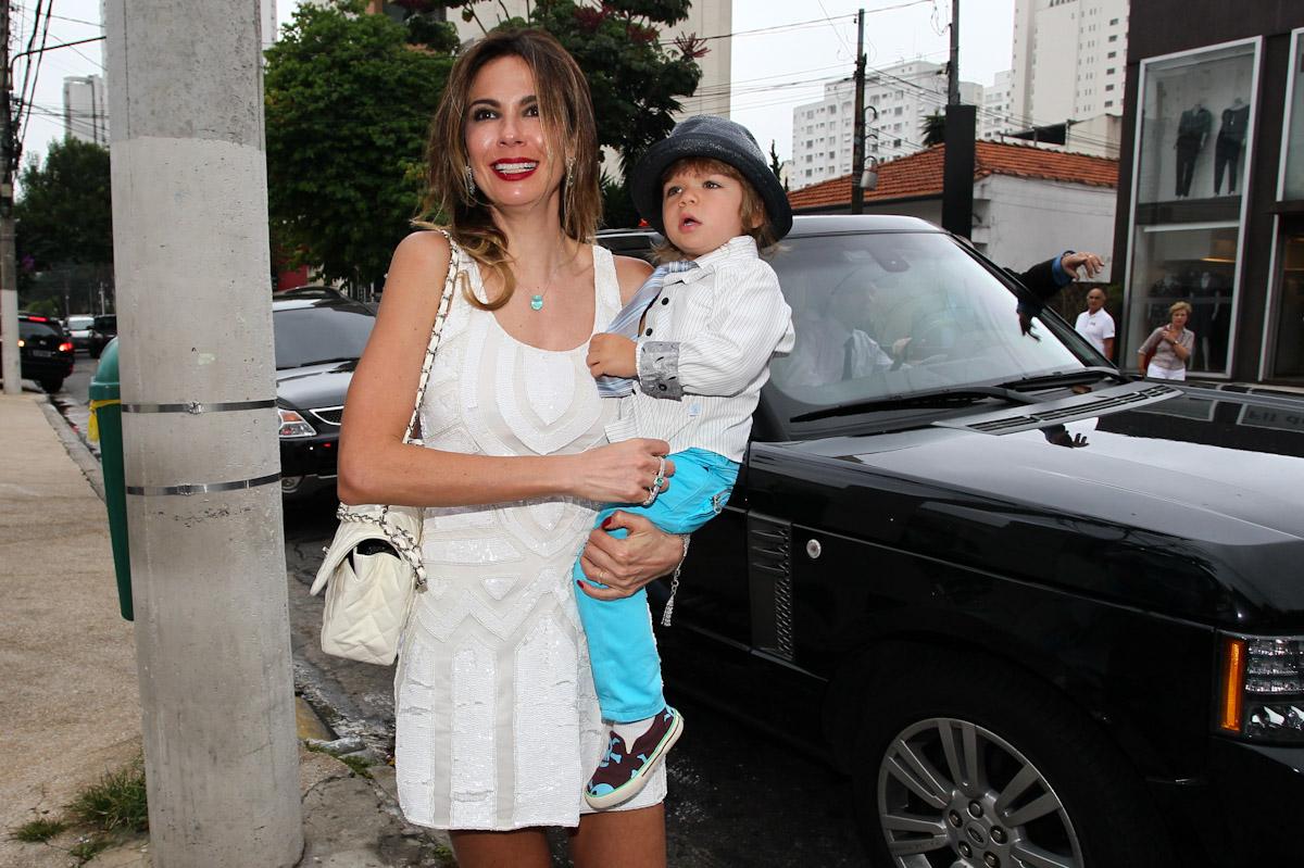 Luciana Gimenez chega com o filho caçula Lorenzo Gabriel