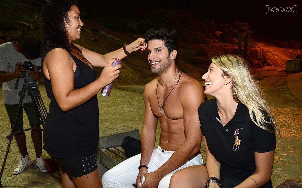 O ex-BBB Marcello entre a maquiadora Adriana de Bossens e a produtora de moda Tracy Ratto