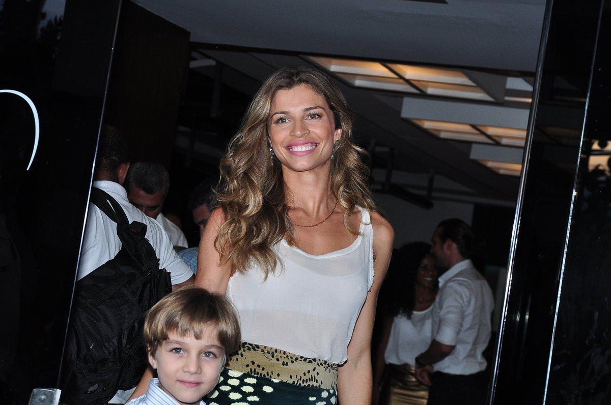 """Grazi Massafera, a Ester de """"Flor do Caribe"""", chegou acompanhada do ator mirim Vitor Figueiredo, que fará um de seus filhos na trama"""