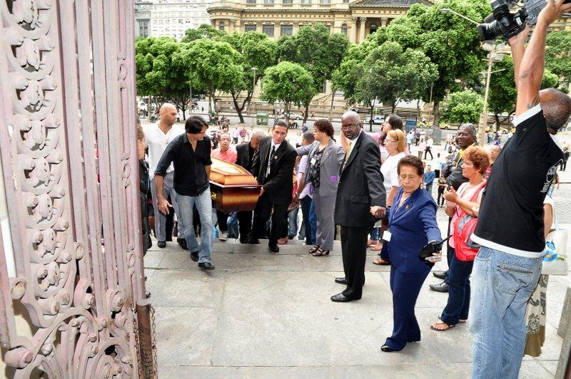 Corpo de Emílio Santiago chega ao velório no Rio