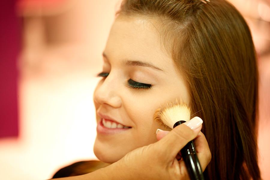 Antes de começar a brincadeira de Páscoa é preciso limpar bem a pele e iluminar as bochecas e a curvinha do queixo