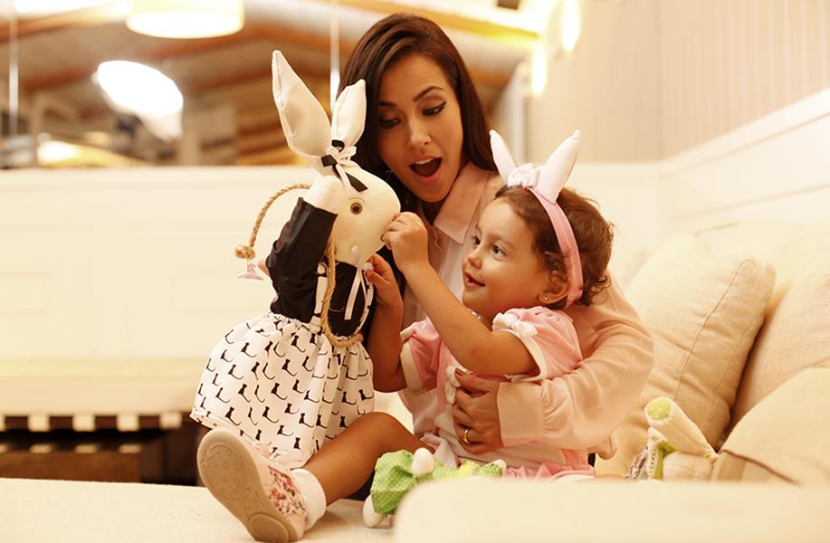 Mayte Piragibe mostra a coelhinha de pano para Violeta, que fica encantada