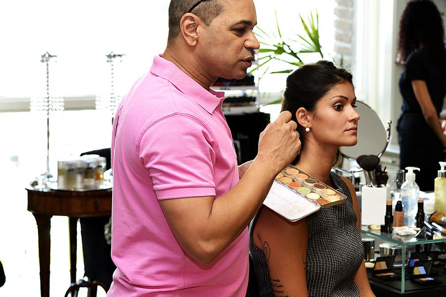 Com a pele limpa, aplique o primer por todo o rosto e pescoço