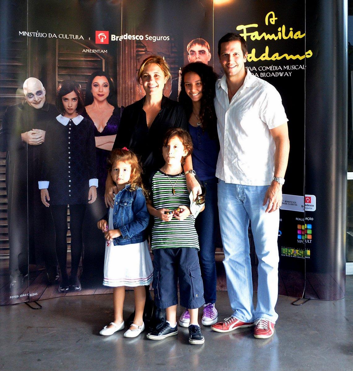 Adriana Esteves e Vladmir Brichta com os filhos Vicente e Agnes e uma amiguinha