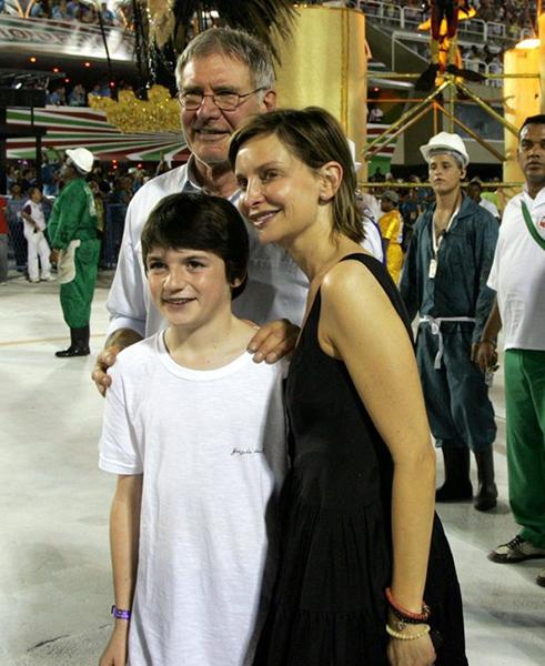 Calista Flockhart, da série Brothers and Sisters, adotou Liam, em 2001. Desde que se casou com Harrison Ford, o ator participa da criação do menino.