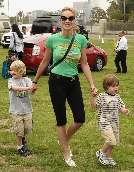 Sharon Stone tem três filhos adotivos. Em 2000, a atriz ainda estava casada com Phil Bronstein, quando adotou Roan Joseph Bronstein. Divorciada, Sharon adotou mais dois meninos: Laird Vonne Stone (direita) e Quinn Kelly Stone (esquerda)