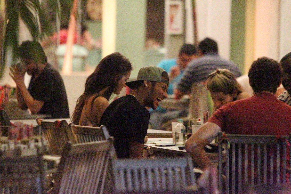Bruna Marquezine e Neymar em restaurante na Zona Oeste do Rio