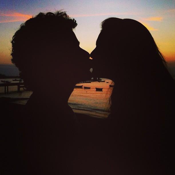 """Paloma Bernardi postou uma foto beijando o namorado, Thiago Martins. """"Um beijo quando é dado tem que ser apaixonado"""", escreveu"""