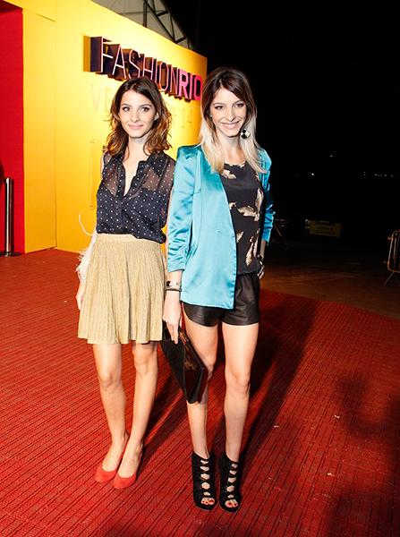 As atrizes gêmeas Gisele e Michele Batista conferindo as tendências para o verão 2013/2014