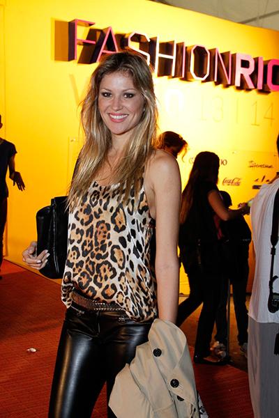 Ellen Jabour de animal print e calça skinny nos corredores da Marina da Glória