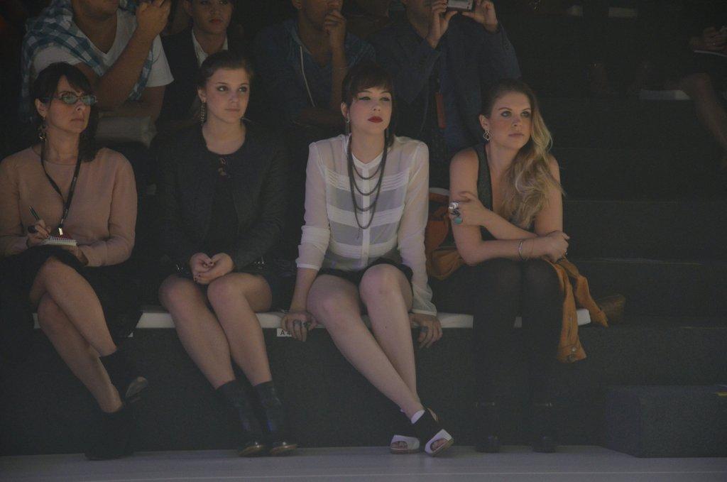 Profissionais de moda e atrizes dividem lado a lado a disputada primeira fila