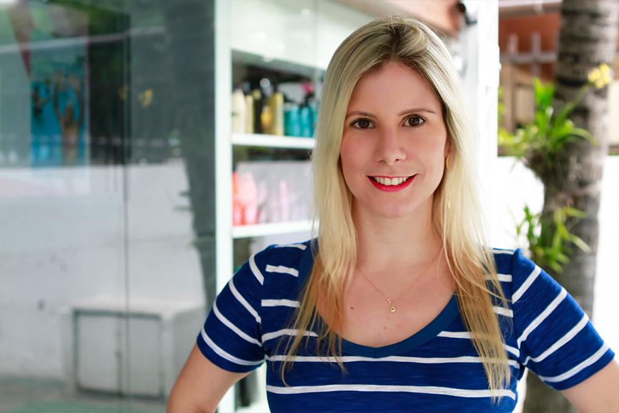 Evelyn Montesano tem o cabelo fino e faz reflexo, o que prejudica os fios. Ela se submeteu ao botox capilar no salão Blowout na Barra da Tijuca, Rio
