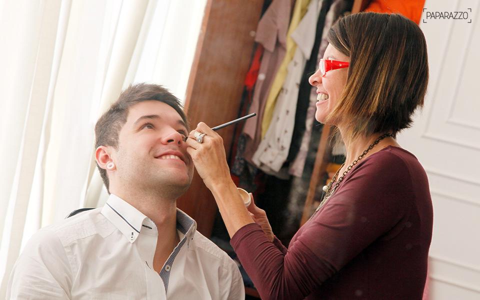 """Quem disse que homem não usa maquiagem? Nasser dá """"um tapinha no visual"""" com a maquiadora Margot Mello"""