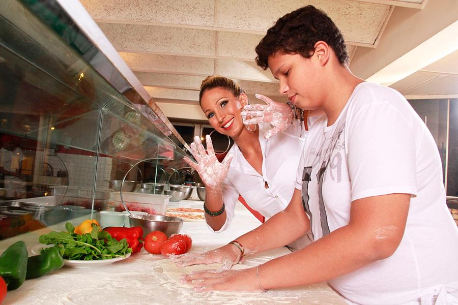 Mão na massa: Valesca Popozuda e Pablo capricham no preparo da pizza
