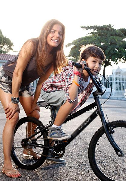 Nívea Stelmann e Miguel na preparação para a brincadeira. O menino é fã de bicicleta e esportes radicais.