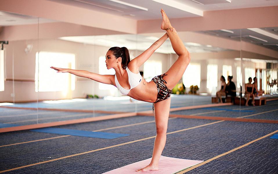 Daniele Suzuki na posição chamada dandayamana-dhanurasana, que equaliza a circulação sanguínea, além de fortalecer coxas, braços, quadris, glúteos e região lombar